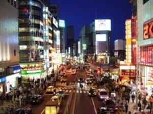 Przez mieniące się kolorami ulice Tokio